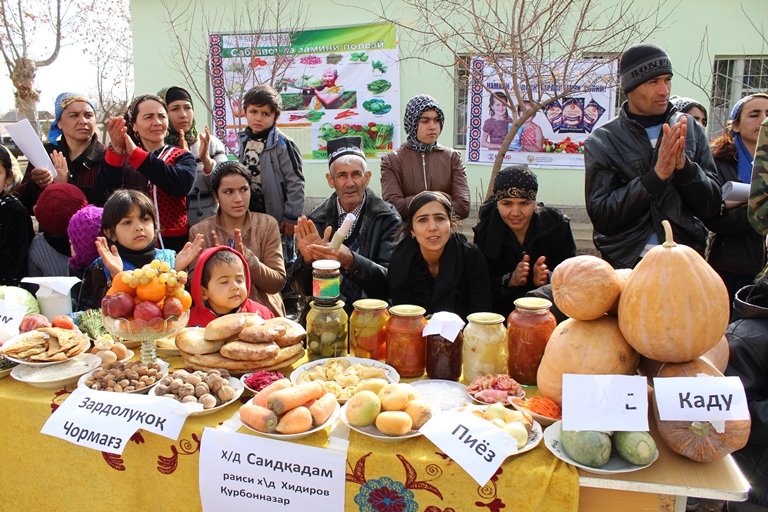 Winning display at the Tajikistan Farmers' Fair. Photo by Samariddin Bahriddinov for IntraHealth International.