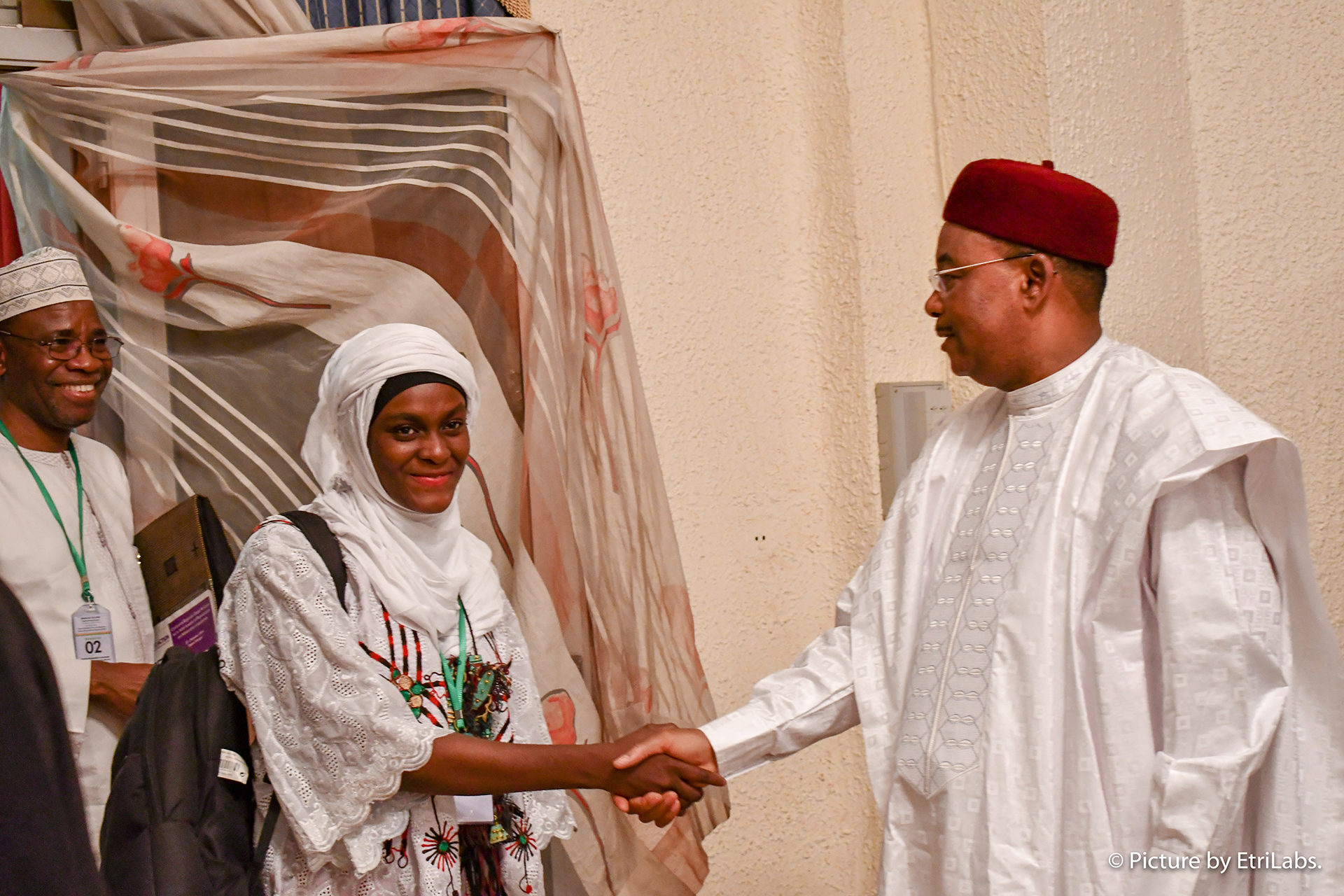 President Mahamadou Issoufou shakes hands with Mariama Abdou Gado, president of the Niger youth ambassador network. Photo by EtriLabs.